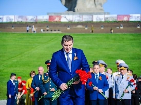 Андрей Бочаров почтил память защитников Отечества на Мамаевом кургане