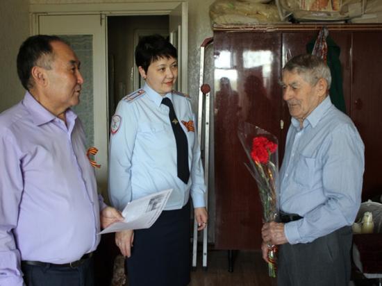 Калмыцкие полицейские поздравили ветеранов