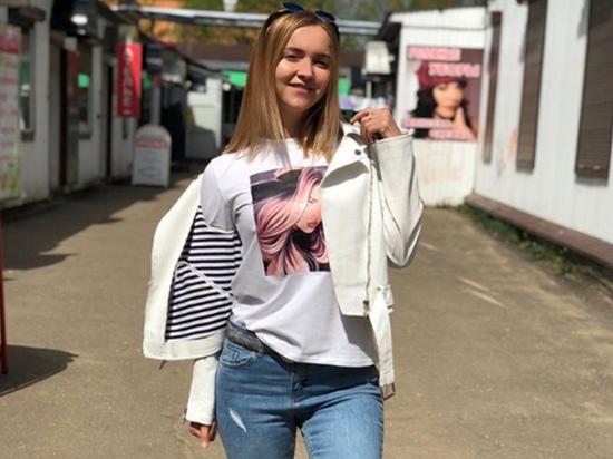Российская певица поздравила всех с Днем Победы и станцевала в трусах на шесте