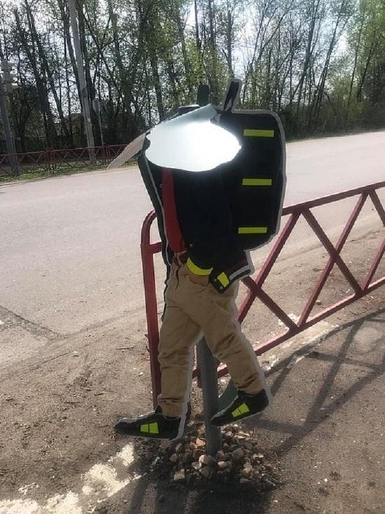 В Ярославском районе местные жители отломали голову дорожному знаку