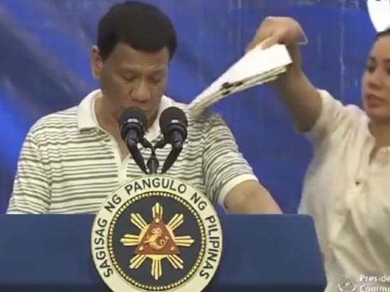 На президента Филиппин перед камерой забрался гигантский таракан
