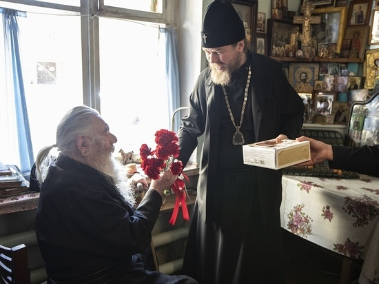 Митрополит Тихон Шевкунов поздравил с 9 мая последнего печорского монаха-ветерана