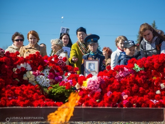 Петрозаводчан возмутило, что в Вечный огонь кидают монетки