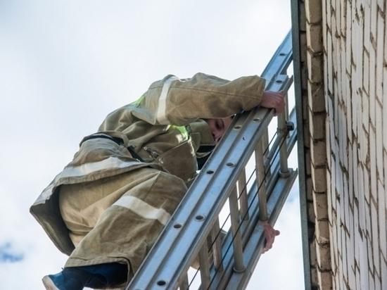 В центре Волгограда загорелась пятиэтажка: есть пострадавший
