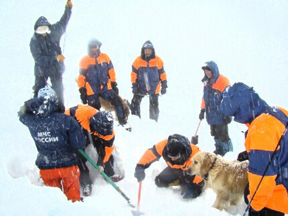 Под снегом еще два тела: непогода на Алтае заставила свернуть поиски туристов под лавиной
