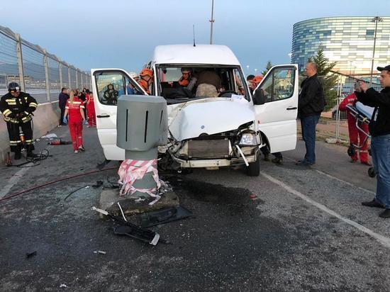 В Сочи в ДТП пострадали 11 пассажиров микроавтобуса