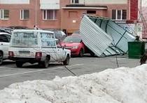 Навес мусорки упал на машину в Новом Уренгое