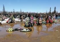 Венки поплыли на подтопленном кладбище Салехарда