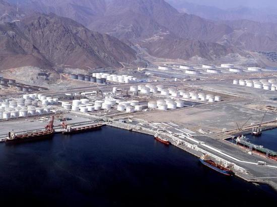 В ОАЭ произошли взрывы сразу на семи танкерах