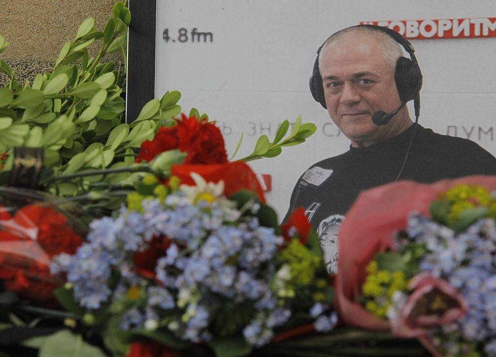 Сорванные похороны Доренко: люди несут цветы к зданию «Говорит Москва»
