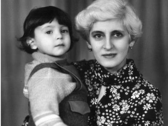 Зеленский опубликовал трогательное фото, где он маленький на руках у мамы