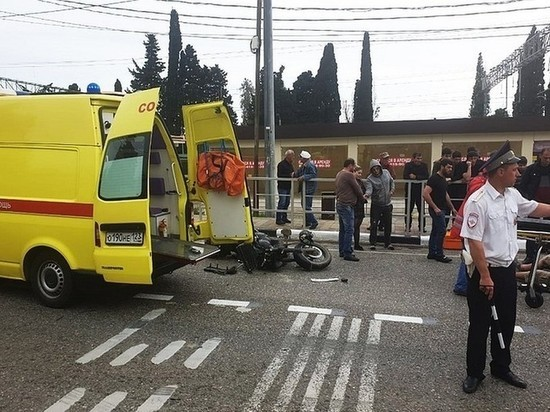 В Сочи  Mercedes сбил мотоциклиста, ехавшего с маленьким ребёнком