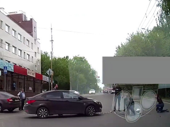 Момент столкновения мотоцикла с легковушкой в Калуге попал на видео