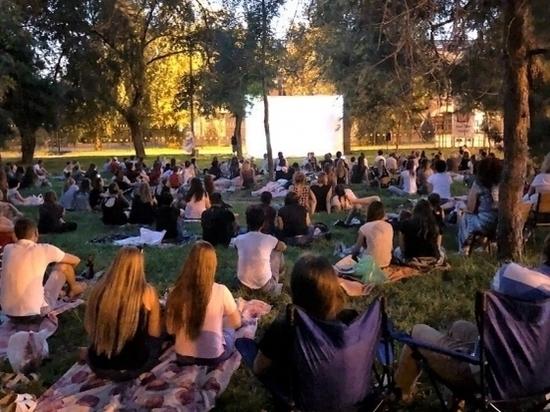 Проект «Кино на траве»: волгоградцев зовут смотреть фильмы в парк