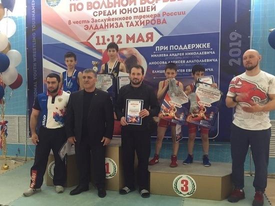 Ноябрьские юноши стали победителями турнира по вольной борьбе