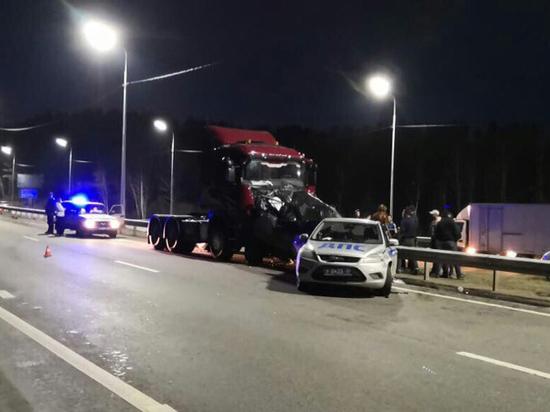 В Иркутске грузовик врезался в машину ДПС