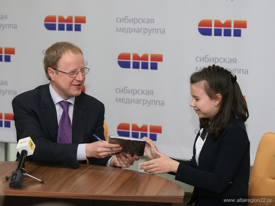 Губернатор Алтайского края расписался в дневниках отличников