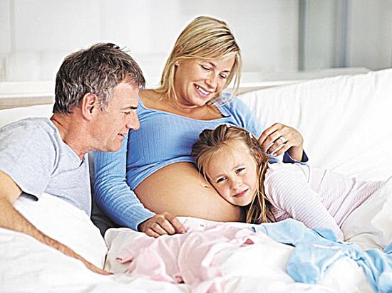 Эксперты рассказали о плюсах и минусах позднего материнства