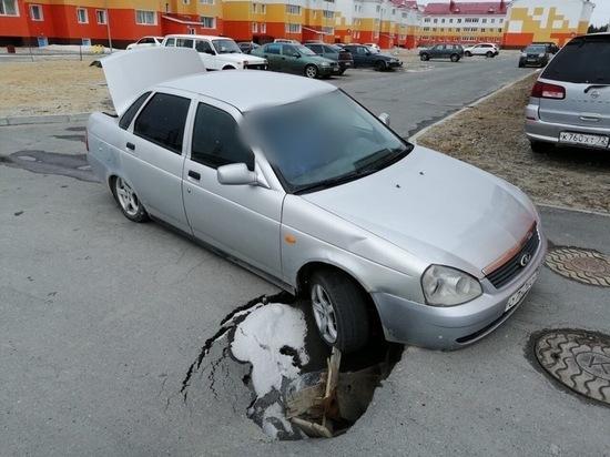 Машина провалилась в яму в новом микрорайоне Ноябрьска