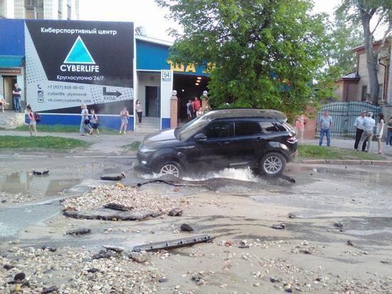Владельцу провалившейся в асфальт иномарки в Ульяновске возместят ущерб