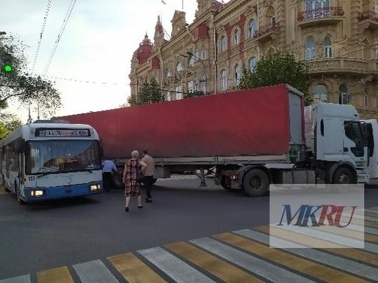В центре Ростова фура врезалась в троллейбус