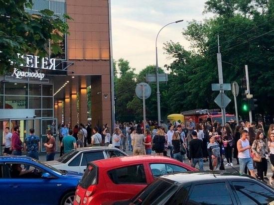 В Краснодаре из-за сообщений о минировании из-за границы эвакуировали аэропорт и 6 ТЦ