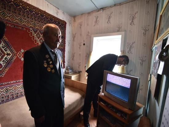 Глава Бурятии лично подключил ветерану войны телевизионную приставку