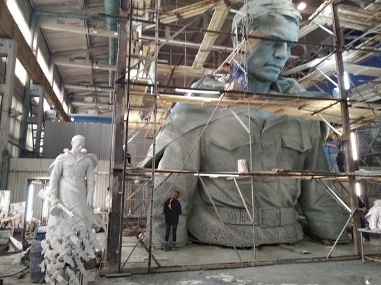 Огромного солдата для Ржевского мемориала вылепили в глине