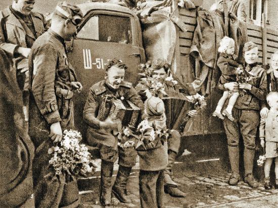 Нижегородка нашла фото своего отца на подарочном пакете, а матери – в книге о войне