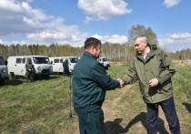 Новосибирский губернатор вручил лесникам ключи от спецавтомобилей