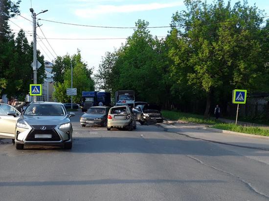 В Иванове столкнулись сразу четыре автомобиля