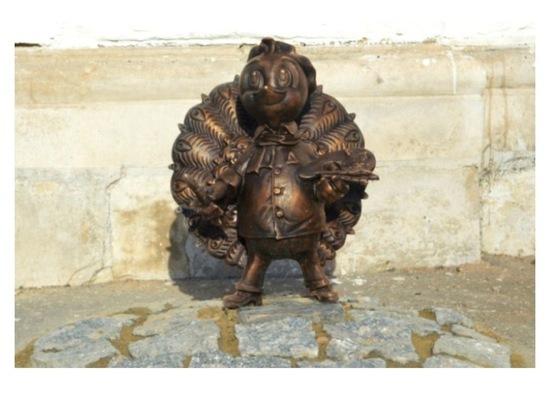 В Серпухове установили мини-скульптуру павлиненка-художника