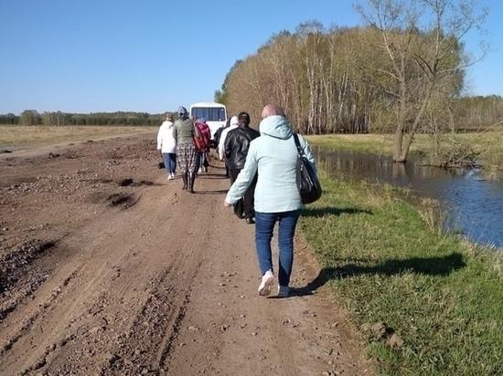 Омичи три километра шли за автобусом, чтобы не провалиться в грязь