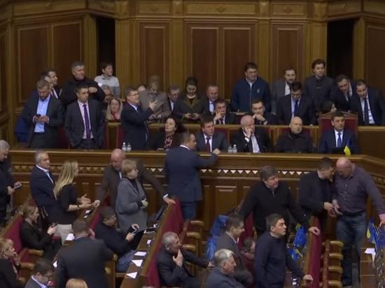 Распад правящей коалиции на Украине сделал невозможным роспуск Рады