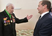 Столетний ветеран войны встретил Медведева по стойке «смирно»