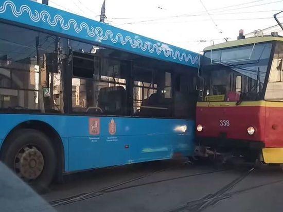 Автобус и трамвай затруднили движение по улице Советской в Туле