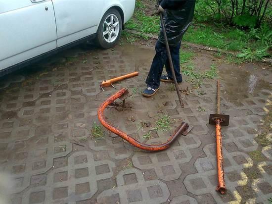 В Чебоксарах демонтируют незаконные парковочные блокираторы