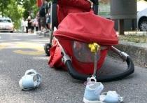 Появилось видео, где легковушка сносит коляску с годовалым ребенком