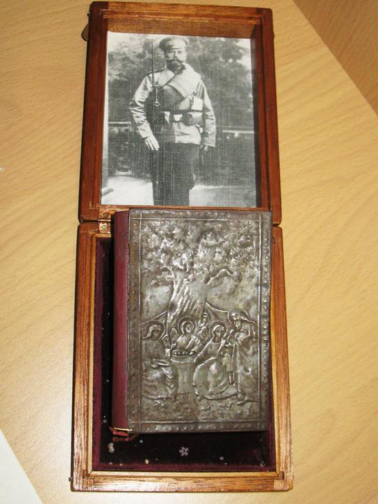 Под Тулой выставляется молитвенник Николая II, подаренный служанке