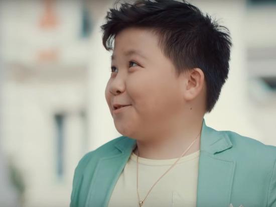 Мать Ержана Максима объяснила участие в рекламе, высмеивающей «Голос.Дети»