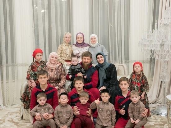 Многодетный отец Кадыров опубликовал редкие фото и видео с семьёй
