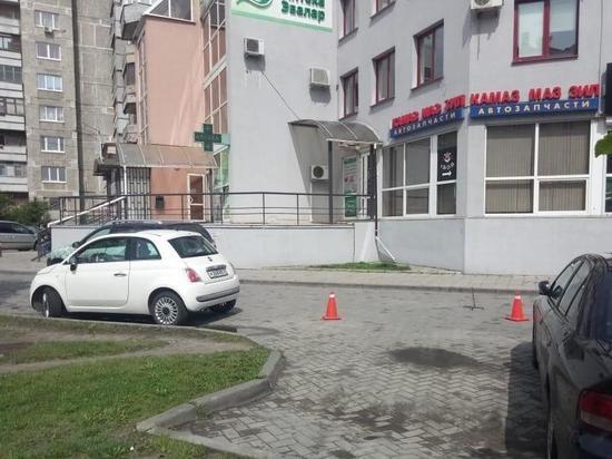 В Калининграде пенсионерку сбила машина на придомовой парковке
