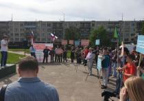 В Пскове на митинг против строительства нефтехимического завода «Титан-Полимер» собралось около 80 человек, сообщает корреспондент «МК в Пскове»
