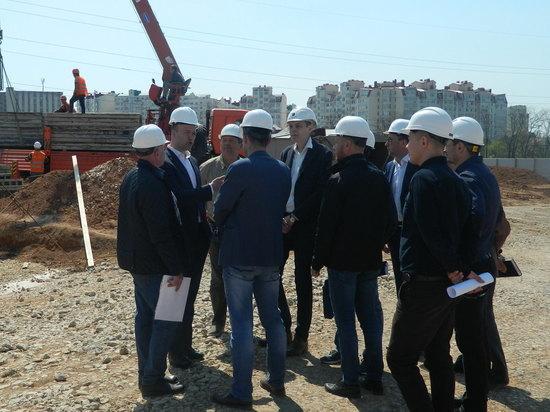 Взбодрили застройщика: Минстрой Крыма проверяет строительство социальных объектов