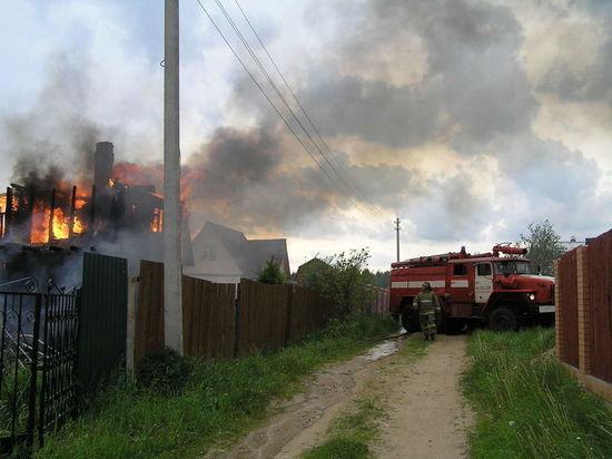 Крупный пожар в Лесосибирске тушили с помощью вертолета