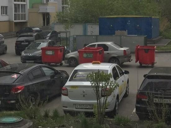 Автомобиль неправильно припарковавшегося кемеровчанина обставили мусорными контейнерами