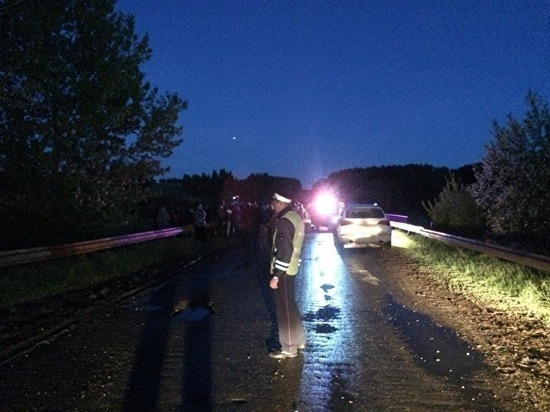 В Свердловской области ВАЗ-2105 упал с моста, пять человек погибли