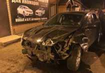 В Абакане водитель Ниссана снес забор и убежал