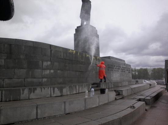 В Екатеринбурге вандалы испортили памятник Ленину и набережную