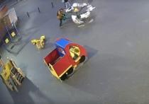 Подростки разломали карусель для малышей в Надыме